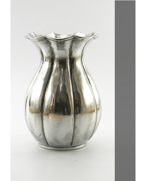 Vase in pure pewter. Of great beauty.  Glossy finish measures: cm h 17 x dia. 14 cm